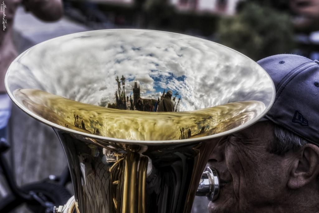 PONTE CARLO, RIFLESSO NEL BASSO TUBA DI UN ARTISTA DI STRADA